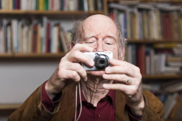 Franz Hohler fotografiert den Fotografen während der Portraitsession in seinem Arbeitszimmer in Zürich Oerlikon, am 4. Januar 2018.
