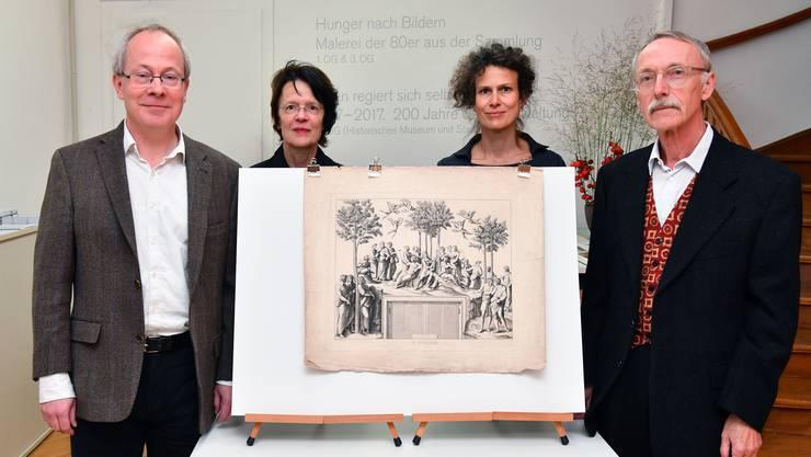 Von links: Schenker Sebastian Prüfer, Präsidentin des Stiftungsrats Marie Therese Bätschmann, Kunstmuseum-Kuratorin Katja Herlach und Stiftungsgründer Heinrich Thommen mit einem Kupferstich von Ferdinand Ruscheweyh.