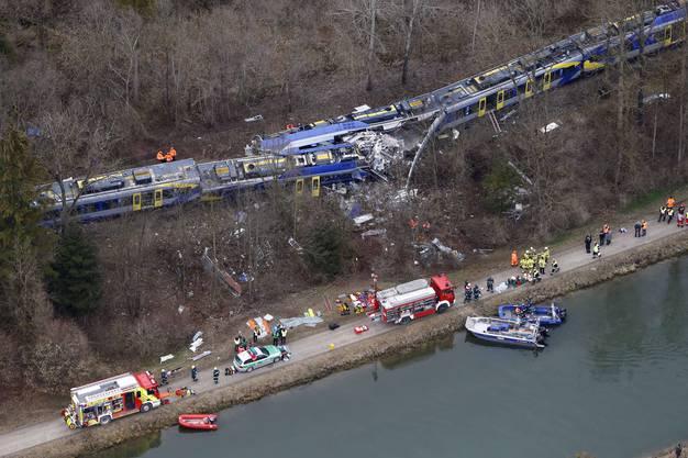 Die Züge prallten allem Anschein nach beinahe ungebremst aufeinander.