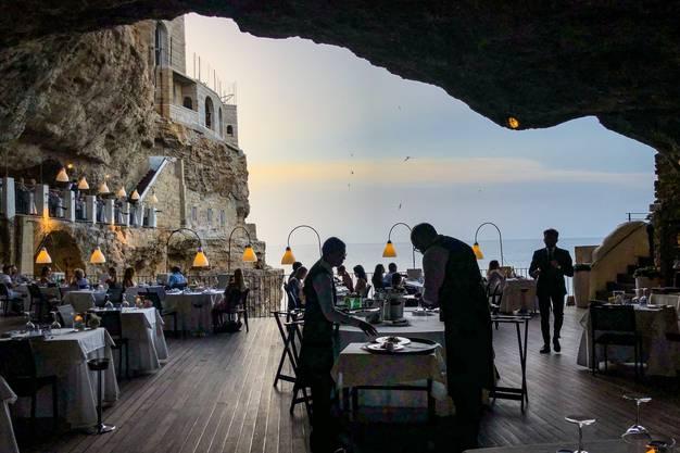 Zwischen Himmel und Höhle Die «Grotta Palazzese» in Polignano a Mare.