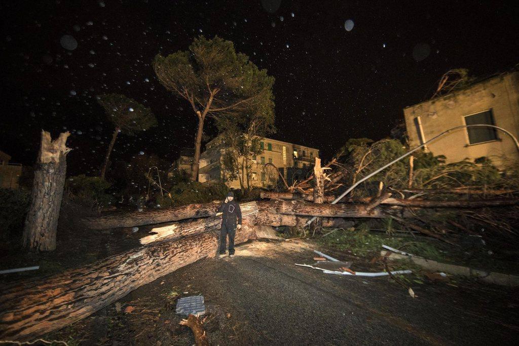 Durch den Tornado wurden alleine in Ladispoli über 100 Gebäude beschädigt. (© Keystone/EPA/Massimo Percossi)