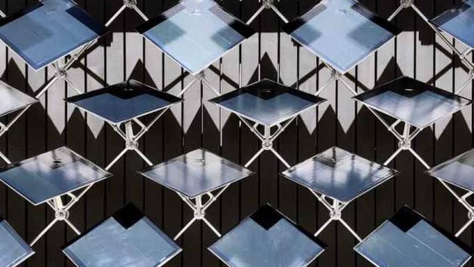 Die beweglichen Solarpanels erzeugten im Test rund 50 Prozent mehr Energie als statische Fassaden-Panels.