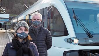 Die Läufelfinger Gemeinderäte Ursula Kuster und Roman Wagner verteilten Läufelfingerli-Masken.