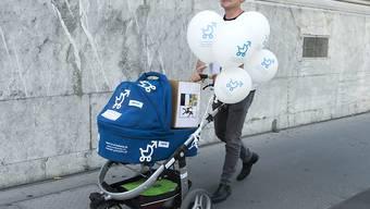 """Väter sollen vermehrt ihren Teil Familienarbeit leisten können, wenn Nachwuchs da ist. Vier Wochen Vaterschaftsurlaub, wie ihn die Volksinitiative """"Für einen vernünftigen Vaterschaftsurlaub"""" fordert, geht den meisten Parteien und Verbänden zu weit. (Archivbild)"""