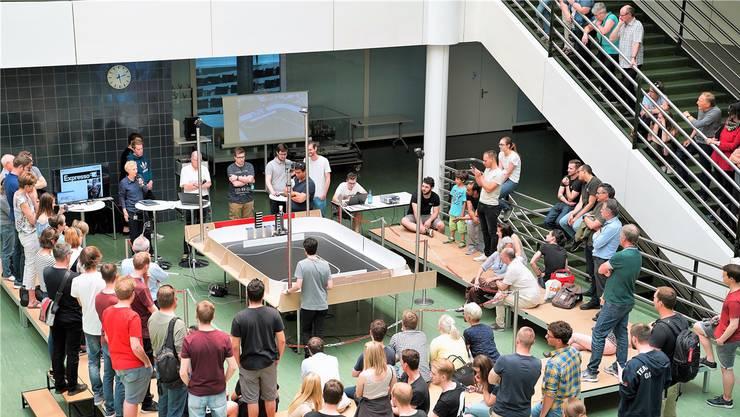 Systemtechnik-Studierende haben autonome Kommissionier-Roboter gebaut. zvg