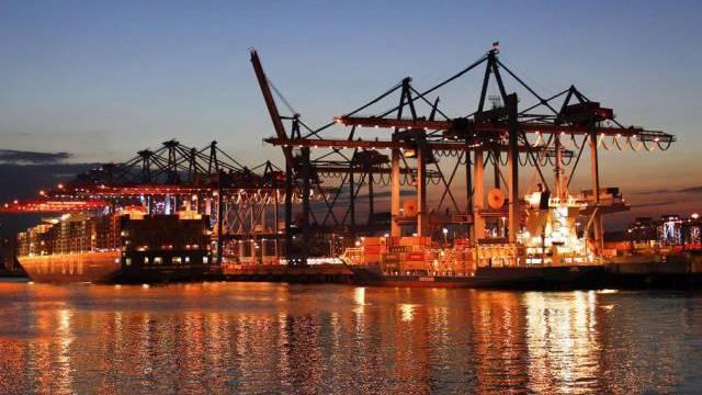 Containerfrachter im Hamburger Hafen (Archiv)