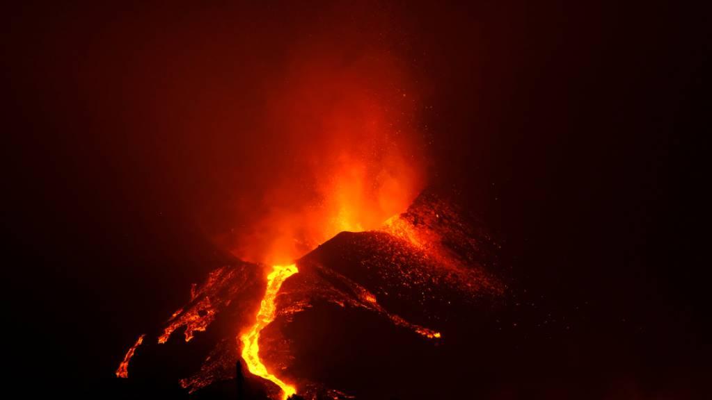 Lava fließt aus dem Vulkan Cumbre Vieja auf der Kanareninsel La Palma. Das Gebiet um den Vulkan ist erneut von mehreren relativ starken Erdbeben erschüttert worden, berichtete der staatliche Fernsehsender RTVE am Montag unter Berufung auf die zuständigen Behörden der Kanareninsel.