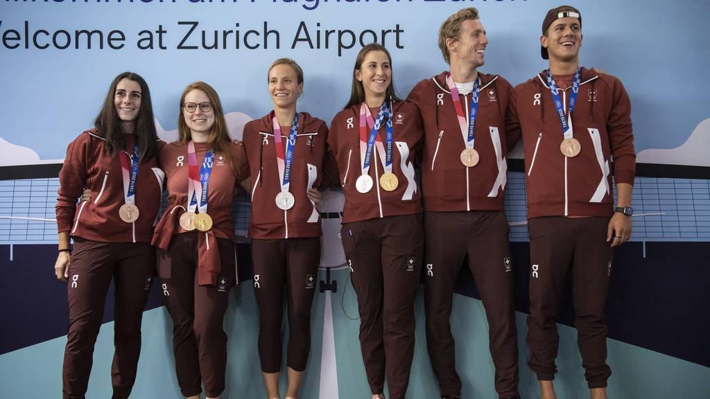 Athletinnen bringen Leben in den Flughafen