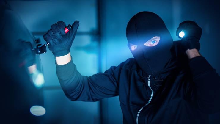 In der Nähe des Tatorts wurde der verdächtige Mann angetroffen und kontrolliert, wie die Kantonspolizei mitteilte. (Symbolbild)