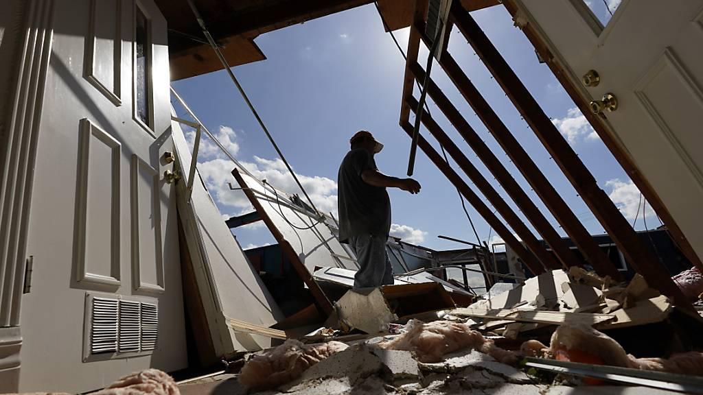 dpatopbilder - Neftali Luna untersucht die Schäden an einer Kirche, die durch den Hurrikan «Laura» entstanden sind. Foto: Eric Gay/AP/dpa