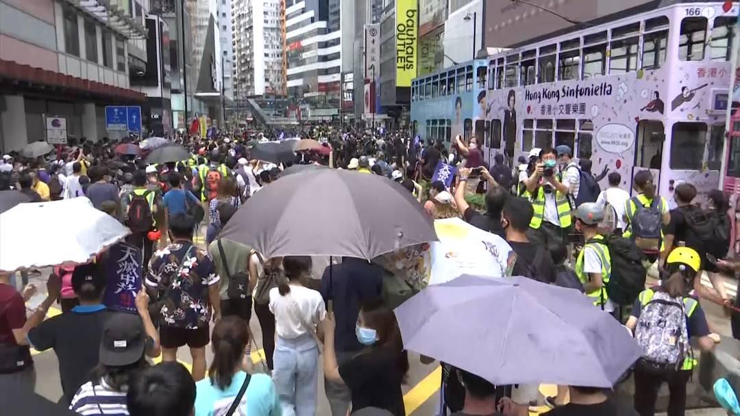 Neue Proteste in Hongkong - Polizei greift mit Tränengas ein