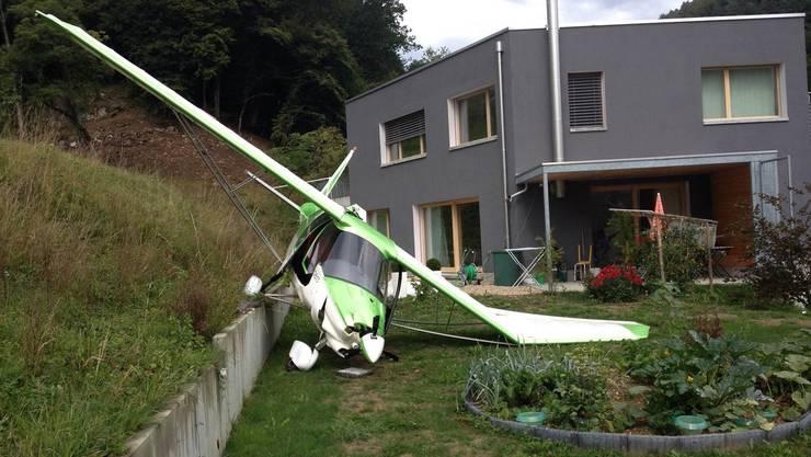 Eines der abgestürzten Flugzeuge nahe eines Wohnhauses.