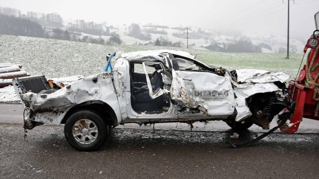 Auto stürzt Tobel hinunter – Zwei Schwerverletzte