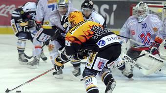 Luganos Petteri Nummelin setzt zum Schuss an.