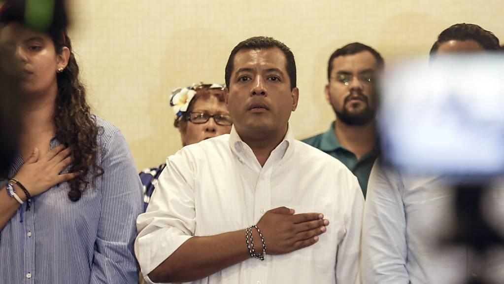 ARCHIV - Politiker und Akademiker Felix Maradiaga, Oppositionskandidat (M) in Nicaragua, steht bei der Nationalhymne während einer Pressekonferenz . Foto: Alfredo Zuniga/AP/dpa Foto: Alfredo Zuniga/AP/dpa
