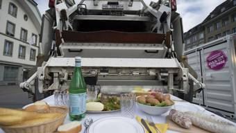 """Gedeckter Tisch an der Ausstellung """"food waste"""" in Bern (Archiv)"""