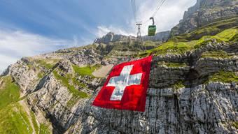 Für einmal ohne Schranz: Die Säntisfahne hängt in ihrer vollen Pracht am Hausberg der Ostschweiz.