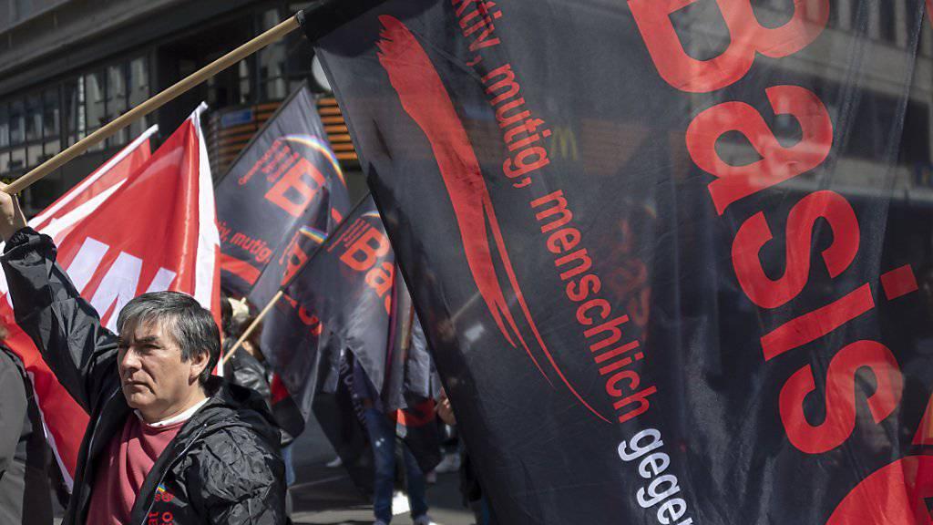 Die Oppositionsgruppe «Basis 21» nutzte die 1. Mai-Demonstration in Basel, um Kritik an der Unia-Leitung zu äussern. Rund 100 Personen schlossen sich der Gruppe an und stellten sich dem Demonstrationszug kurzzeitig in den Weg, um an der Mittleren Brücke ein Transparent zu befestigen.