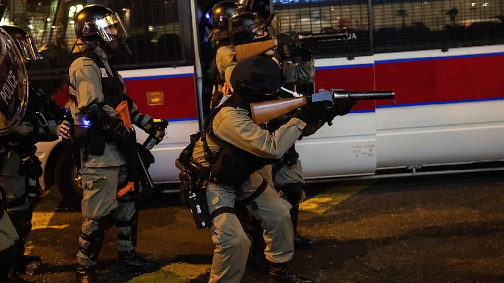 Schwerbewaffnete Polizisten in Hongkong im Einsatz gegen Demonstranten.
