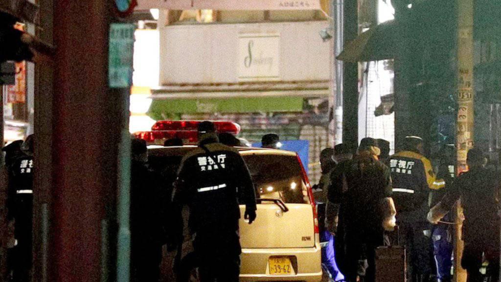 Zahlreiche Einsatzkräfte mussten in Tokio die Ermittlungen in einer Einkaufsstrasse aufnehmen, weil ein Mann zahlreiche Fussgänger mit einem Auto verletzte.
