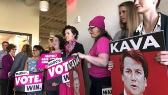 Frauen in Portland im US-Staat Oregon fordern eine Untersuchung zu den Vorwürfen gegen US-Supreme-Court-Kandidaten Brett Kavanaugh, bevor dessen Bestätigung im Parlament weiter vorangetrieben wird.