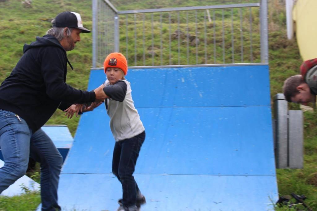 Da sie jedoch auf der Wiese steht, kann er nicht richtig skateboarden. (© FM1Today)