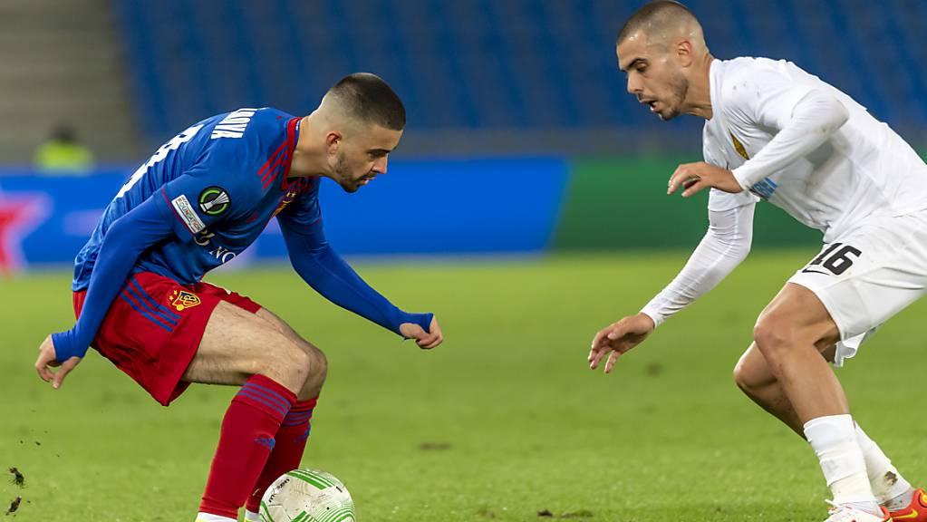 Basels Edon Zhegrova (links) gegen den Penaltyschützen Ricardo Alves von Kairat Almaty