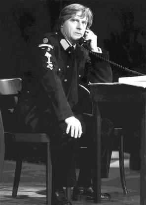 Ob als Feuerwehrmann, Polizist («Wir können jetzt nicht kommen, sind schon alle im Bett.») oder Postbeamter («Ein Telegramm? Bei diesem Wetter?») – die Leute lachen, sobald Emil den Telefonhörer abhebt.