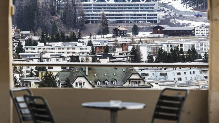 Blick von der gegenüberliegenden Talseite auf das «goldene Ei» in Davos. Von 38 den Residenzen vor dem 5-Stern-Hotel sind erst 20 verkauft.