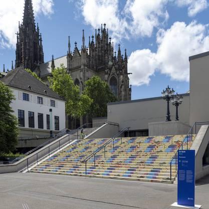 Der Theatertreppe, die am Art Parcours zum Kunstobjekt wurde, kam an diesem Freitag eine weitere Bedeutung zu.