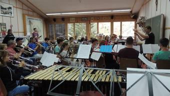 Die jungen Musikantinnen und Musikanten profitieren von der Betreuung durch die professionelle Kursleitung.