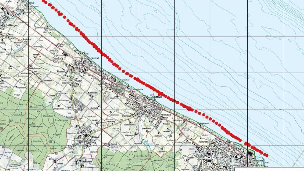 Rot eingezeichnet ist die Lage der regelmässig verteilten Steinstrukturen im Bodensee vor Uttwil TG (Karte: swisstopo).