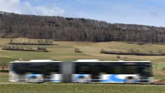 Zug drin, auch wenns manchmal zu innerbetrieblichen Holprigkeiten kommt: Ein Flottenfahrzeug der BOGG zwischen Stüsslingen und Erlinsbach