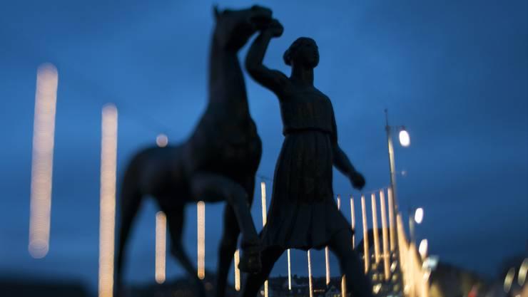 Erkennen sie die Skulptur? Sie steht seit fast 100 Jahren beim Brückenkopf an der Basler Schifflände.