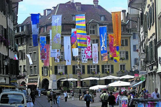 Ein Höhepunkt ist Solothurn, «die schönste Barockstadt der Schweiz». Sehenswert aus architektonischer Sicht, als Stadt der Film- und Literaturtage und auch aus gastronomischer Sicht. Solothurn feiert 2020 das 2000- jährige Bestehen. Olten, das touristisch schon länger mit dem Aargau kooperiert,  hat sich als Eisenbahn- und Literaturstadt einen Namen gemacht.