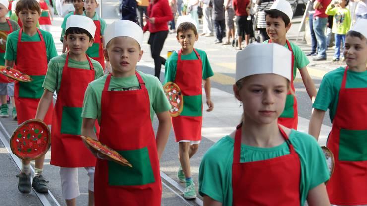 Kinderumzug in den Farben des Gemeindewappens am Jugendfest Suhr
