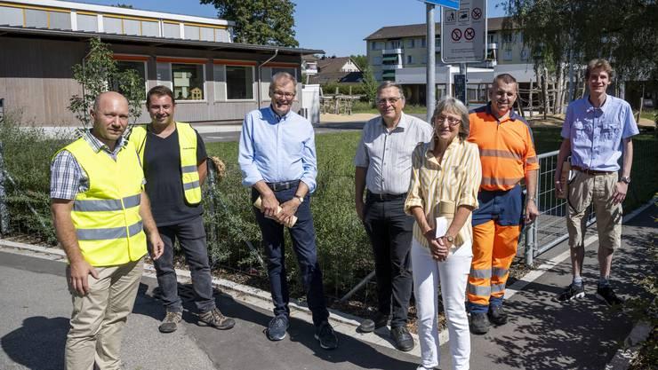 Stephan Kündig, Alfonso Miggiano, Otto Müller, Lucas Neff, Regula Stauber, Markus Steiger und Sven Wahrenberger (v.l.n.r.) waren bei der Einweihung des Rotfarbwegs dabei.