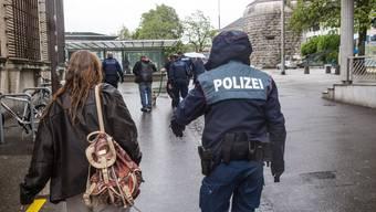 Solothurner Stadtpolizisten bei einer Personenkontrolle am Amthausplatz.