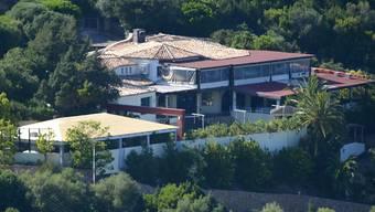 """ARCHIV - Der """"Billionaire Club"""" des italienischen Geschäftsmanns Flavio Briatore in den Hügeln bei Porto Cervo auf der italienischen Insel Sardinien. Foto: picture alliance / dpa"""