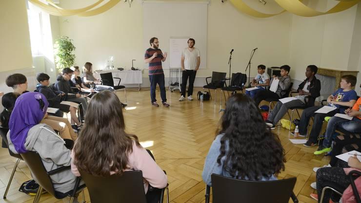 Gebannt hängen die Schüler an den Lippen der Workshop-Leiter Remo Rickenbacher (l.) und Valerio Moser