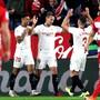 Sevilla-Stürmer Luuk de Jong (Bildmitte) jubelt mit seinen Teamkollegen