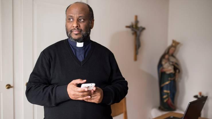 Halb Afrika kennt seine Nummer: Manchmal landen die Notrufe vom Mittelmeer fast ohne Unterbruch bei Vater Mussie Zerai, der seinen Amtssitz in der katholischen Pfarrei Erlinsbach hat.