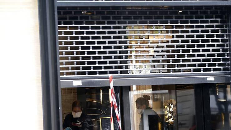 Mit einer Beute im Wert von 2,2 Millionen Euro flohen Einbrecher im Mai aus einem Chanel-Laden in Paris. Nun hat die Polizei acht Verdächtige gefasst. (Archivbild)
