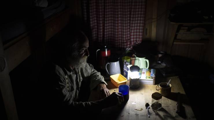 Jäger Peter Marugg beim Frühstück in der Jagdhütte.