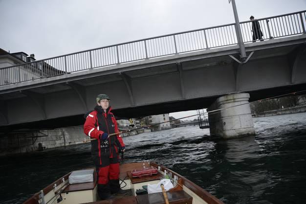 Fischer Peter Ziebold fährt dorthin, wo es die grössten Forellen hat: kurz oberhalb der Eisenbahnbrücke.
