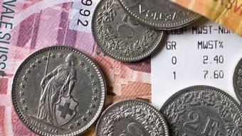 Schweizer müssen für ihre Einkäufe so wenig Geld wie zuletzt 2007 auf dem Ladentisch liegen lassen.