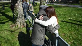 Ein Paar umarmt sich am Zaun an der Grenze zu Deutschland zwischen Kreuzlingen und Konstanz, aufgenommen am 1. April.