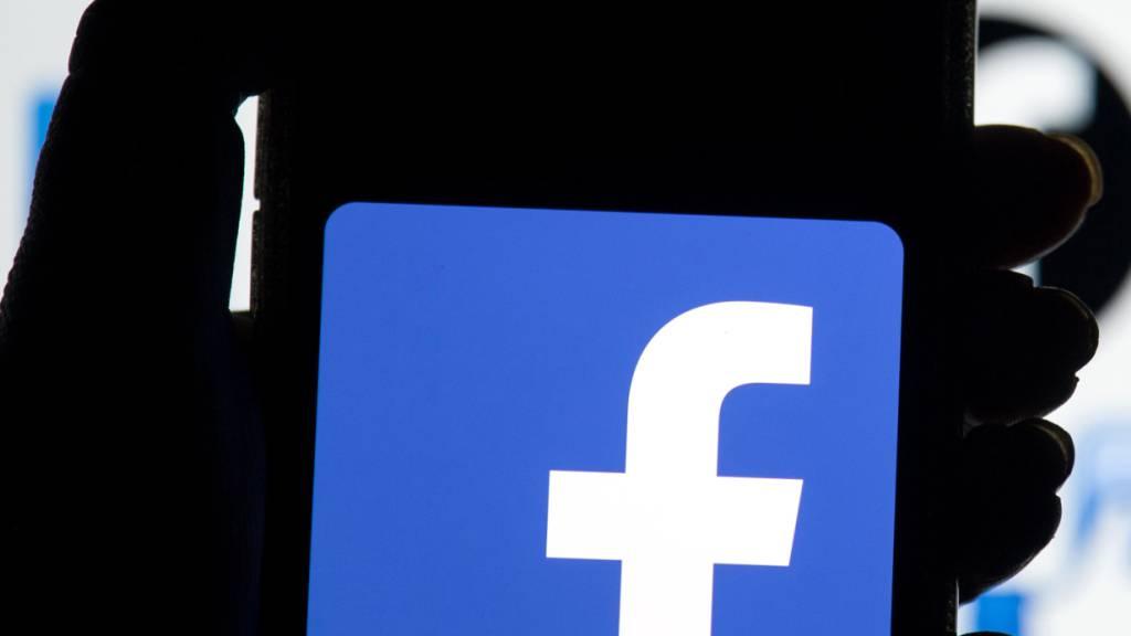 ARCHIV - Das Facebook-Logo ist auf dem Display eines Mobiltelefons zu sehen. Die neue Militärführung in Myanmar hat eine vorübergehend Sperre des Online-Netzwerks Facebook angeordnet. Foto: Dominic Lipinski/PA Wire/dpa