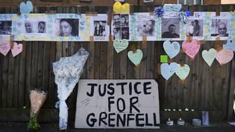 «Gerechtigkeit für Grenfell»: Nach dem verheerenden Grossbrand in einem Londoner Wohnblock steigt die Kritik auf die britische Regierung.