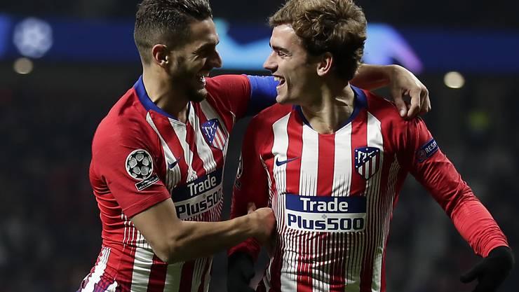 Atlético Madrids Mittelfeldspieler Koke (links) gratuliert Antoine Griezmann zu dessen 4. Tor in der laufenden Champions-League-Kampagne